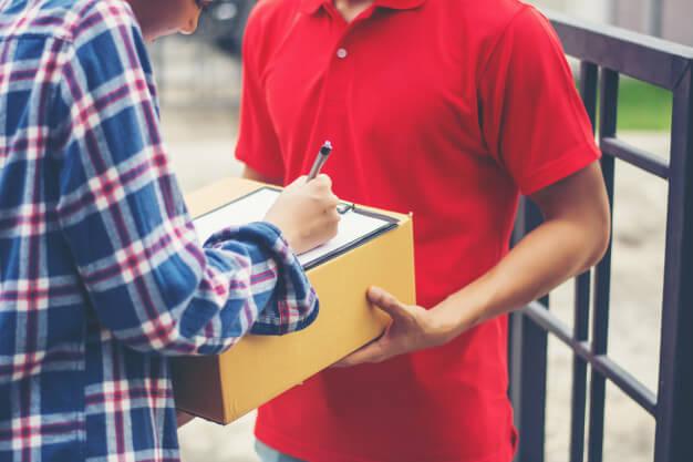 pessoa recebendo e assinando uma entrega