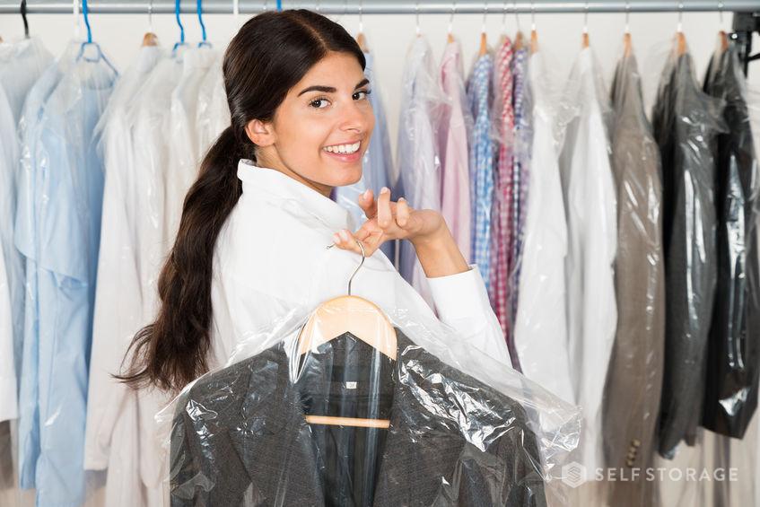 Aquelas roupas que você menos usa podem ser guardadas em um self storage, liberando espaço no seu armário